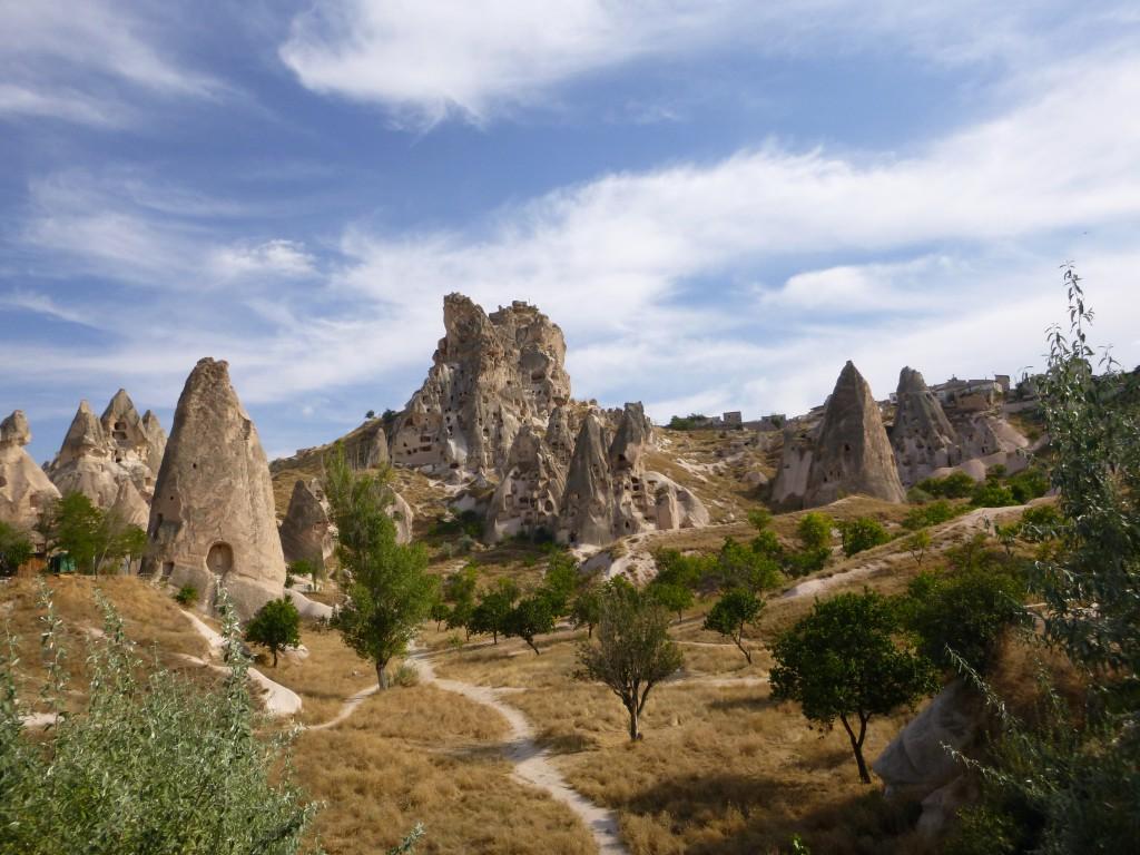 Steinformasjoner fulle av huler nær Göreme, Kappadokia.