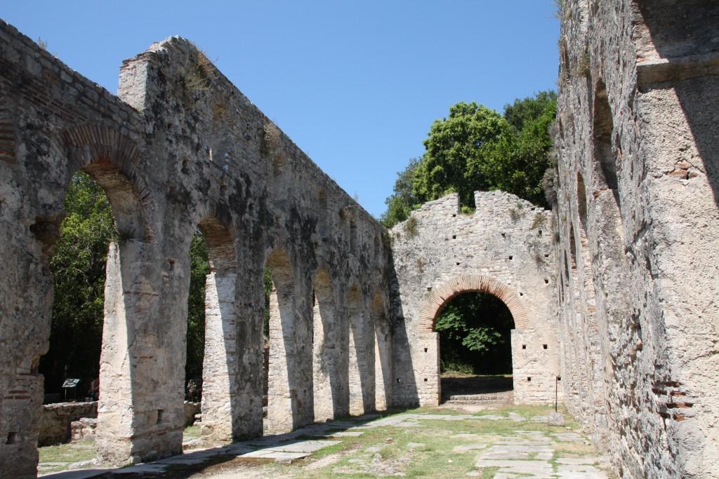 Ruiner av den store basilikaen fra 500-tallet.