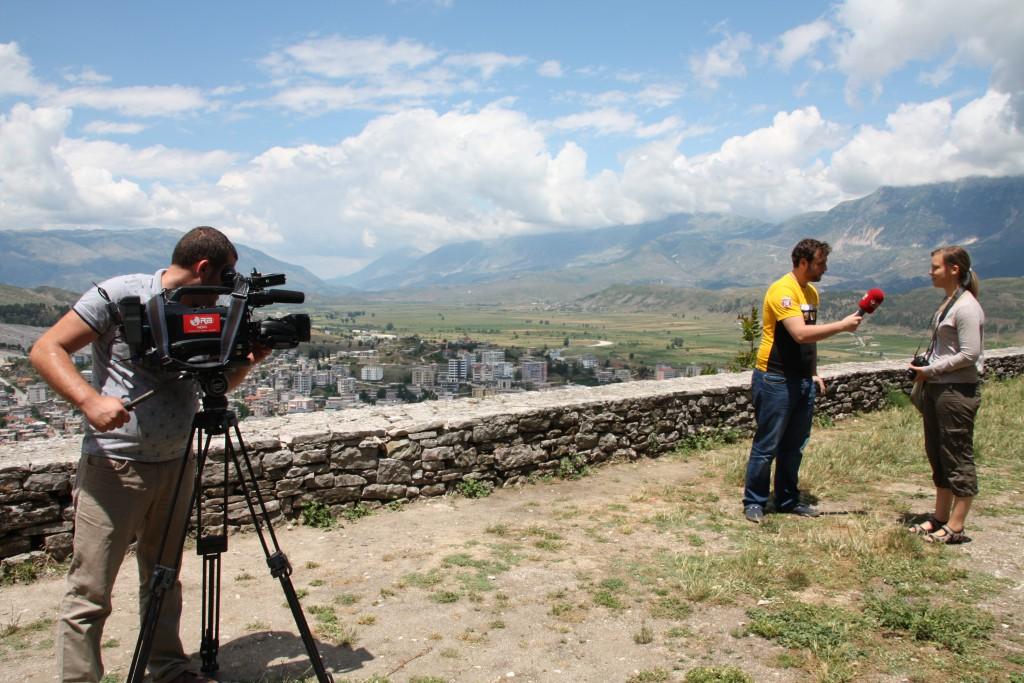 Ingelin intervjues av albansk nyhetskanal i Gjirokastër.