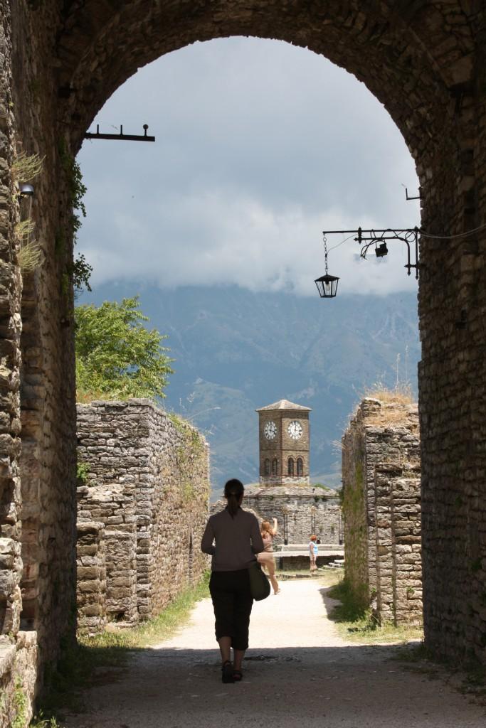 Ingelin utforsker Gjirokastër Castle.