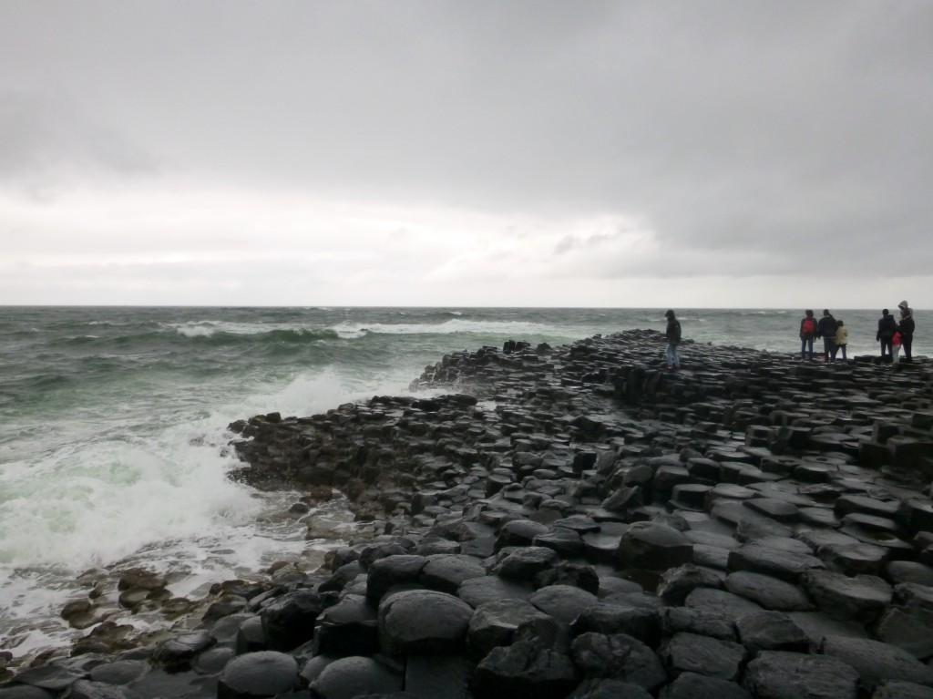 Fascinerende Giant's Causeway, der vulkanske krefter en gang skapte tusenvis av flerkantede steinsøyler, tett i tett.