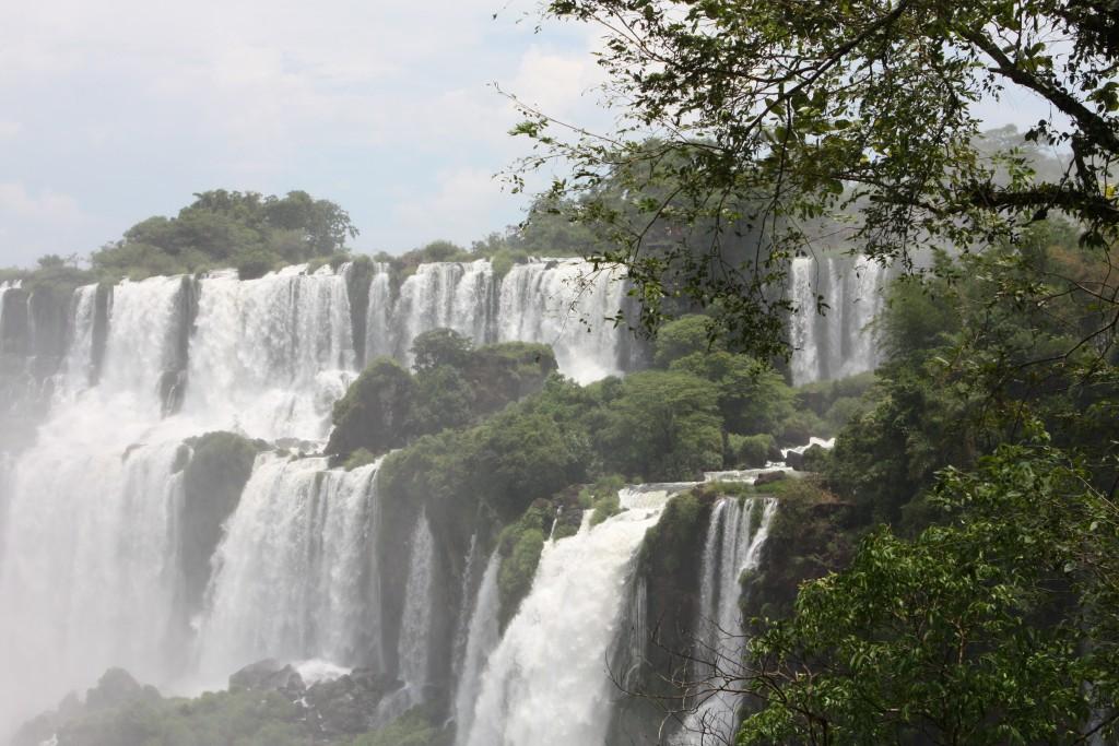 Imponerende vakre Iguazu Falls på grensen mellom Argentina og Brasil.