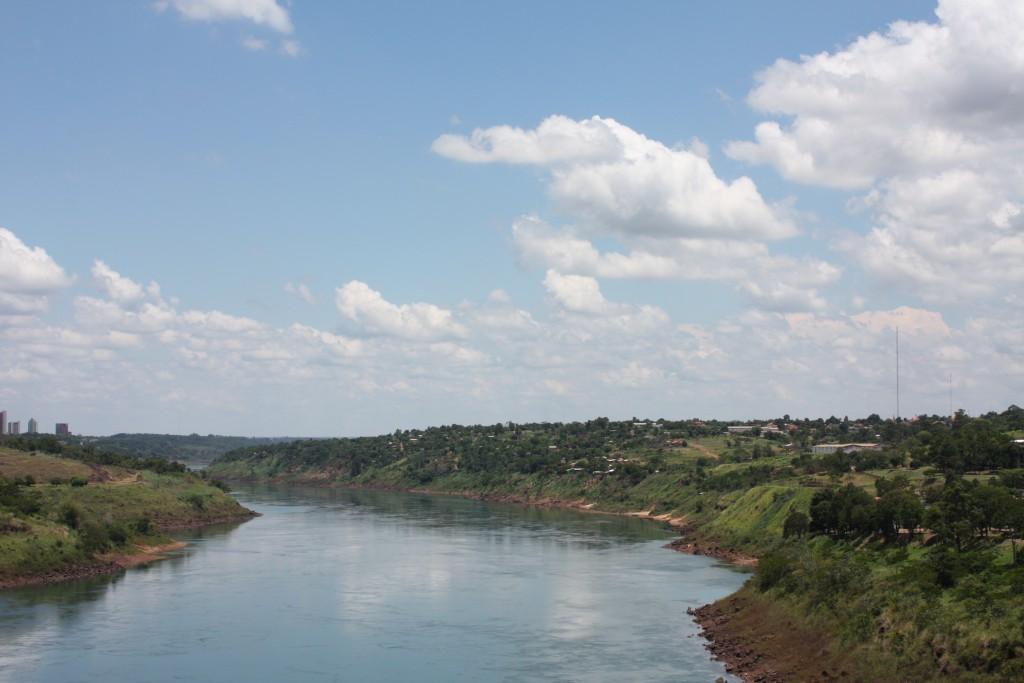 Brasil til venstre, Paraguay til høyre.