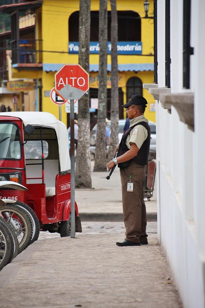 Væpnede vakter utenfor butikker, bensinstasjoner, banker o.l. var et svært vanlig syn i El Salvador og Honduras.