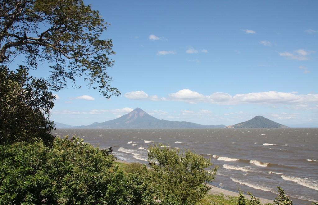 Vulkanen Momotombo ved Lago de Managua