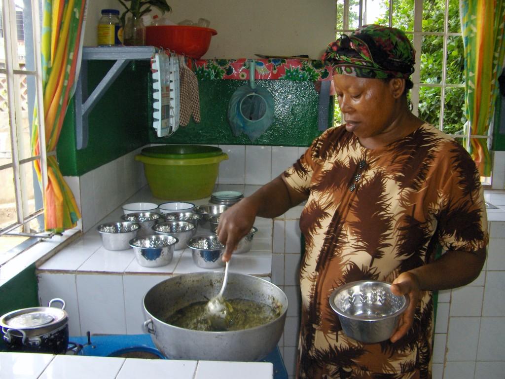 SOS-mor lager mat til barna sine.