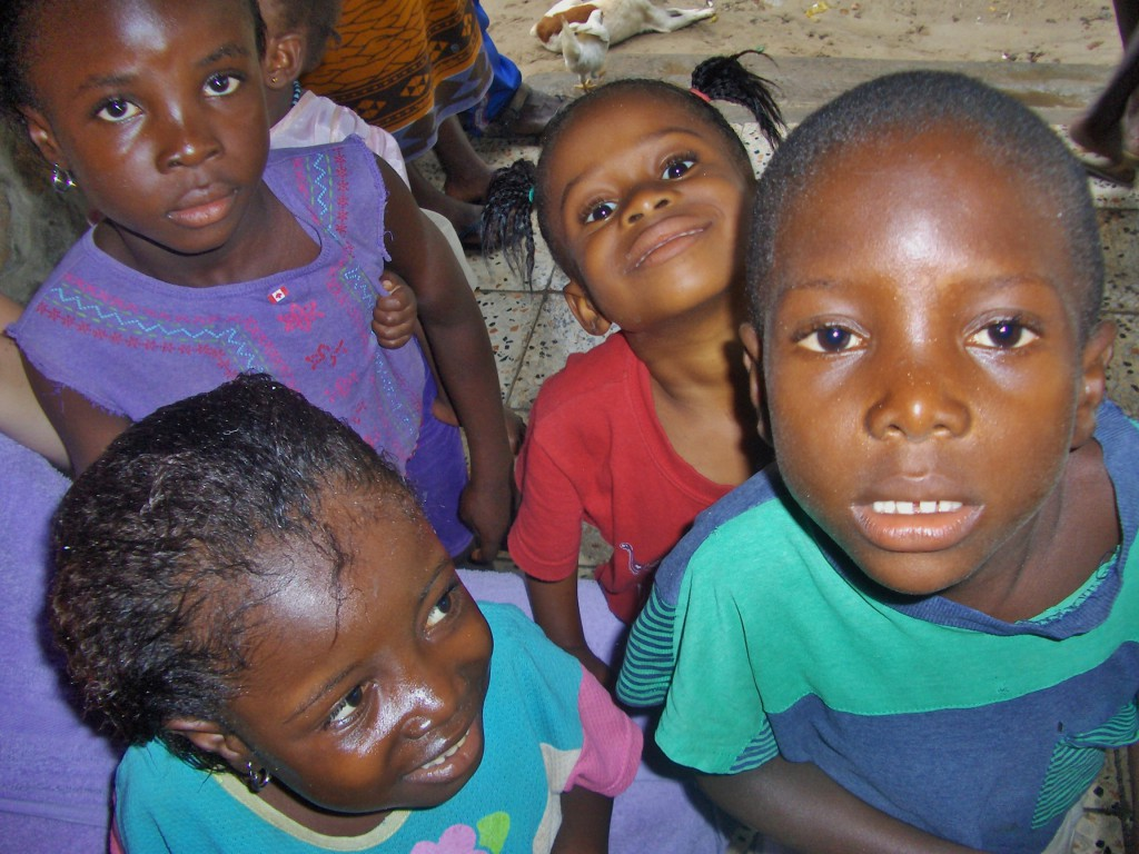 Nysgjerrige barn som vi møtte da vi var på båttur og søkte ly for regnet i en landsby.