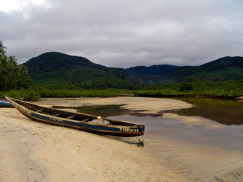 Freetownhalvøya er frodig og vakker, med grønnkledde fjell som synes godt fra havet.