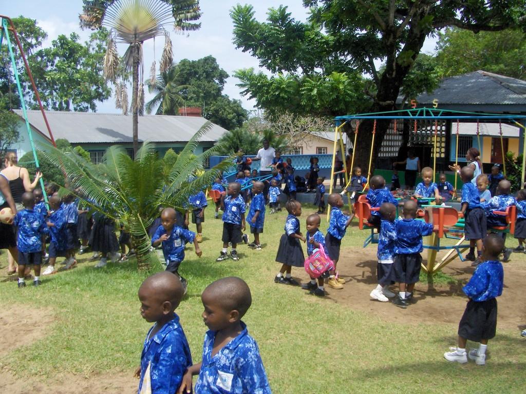 SOS-barnehagen. Få voksne, mange barn, mye lyd.