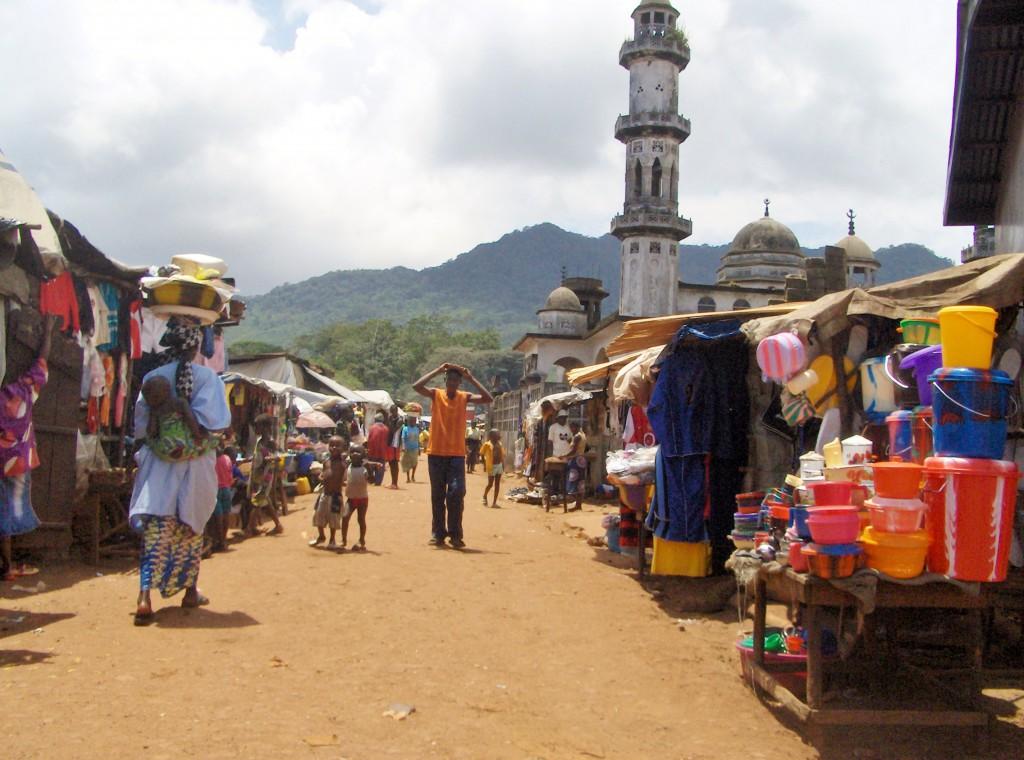 Moske og marked i liten landsby.