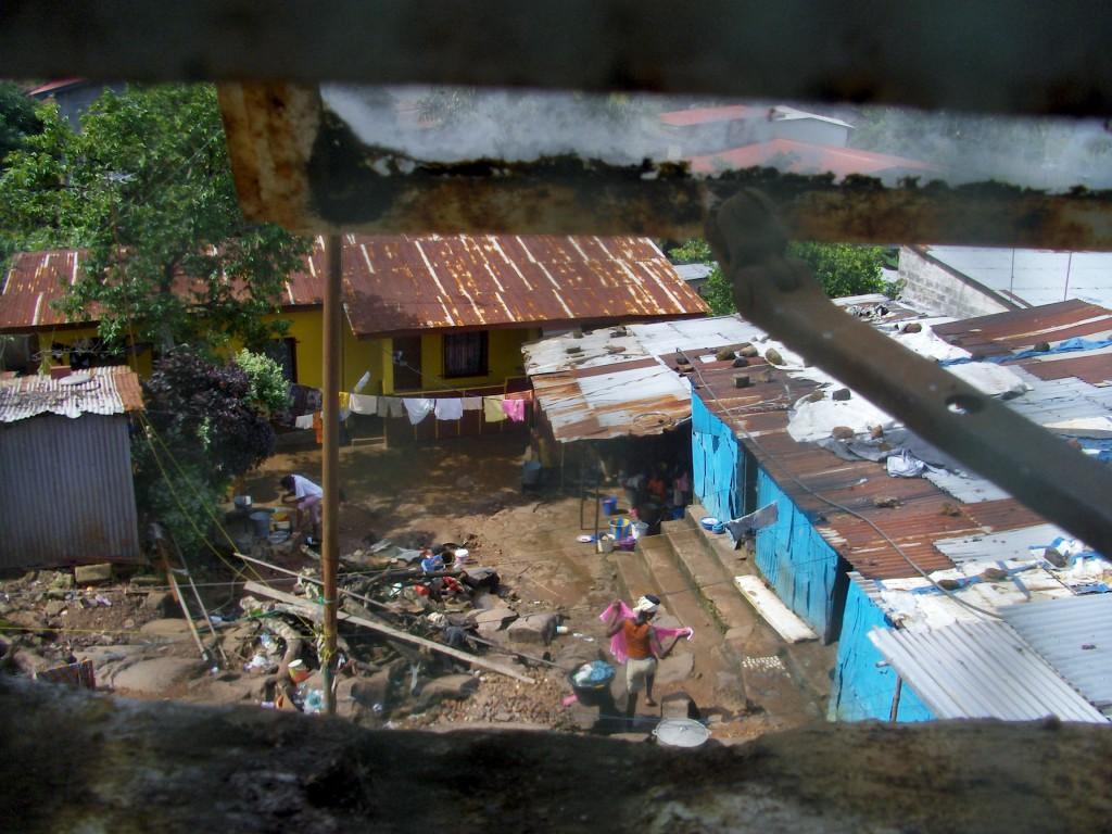 Utsikt fra et vindu ned til naboene.