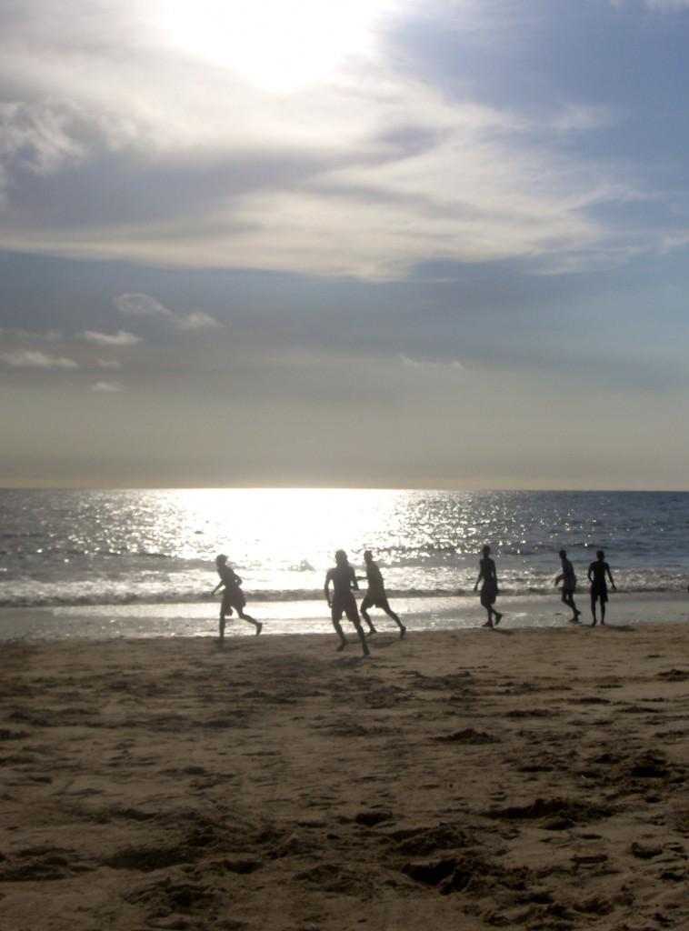 Fotballspilling på stranden - et vanlig syn.