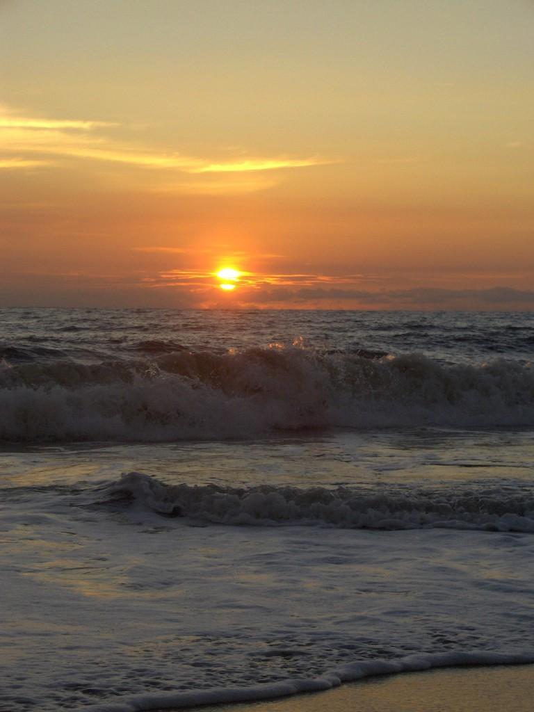 Fantastisk badetemperatur, og større bølger jo lenger ut på ettermiddagen vi kom.